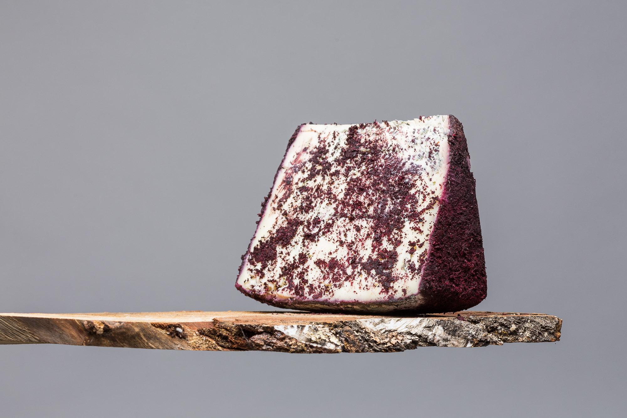 Ol Sciur : un bleu de chèvre affiné avec des fruits rouges et des pétales de roses cristallisées